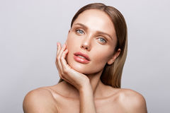 Skönhetstående av modellen med naturligt smink Royaltyfri Fotografi