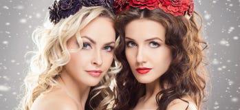 Skönhetstående av par av attraktiva blonda och brunettflickor fotografering för bildbyråer
