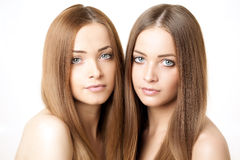 Skönhetstående av två härliga unga kvinnor Fotografering för Bildbyråer