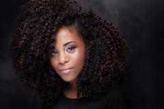 Skönhetstående av unga flickan med afro Arkivfoto