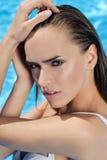 Skönhetstående för ung kvinna i vatten Arkivbild