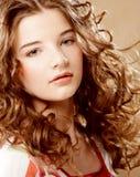 Skönhetstående. Lockigt hår Royaltyfria Bilder