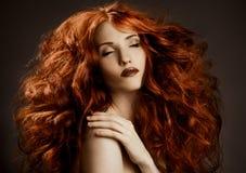 Skönhetstående. Lockigt långt hår fotografering för bildbyråer