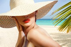 Skönhetstående på stranden royaltyfria foton