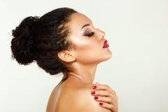Skönhetståenden av den nya kvinnan för den unga mulatten med härligt gör Royaltyfri Fotografi