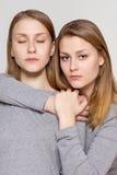 Skönhetståenden av kopplar samman systrar Arkivbilder
