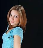 Skönhetstudiostående av den gulliga nätta flickan på svart bakgrund Royaltyfri Fotografi