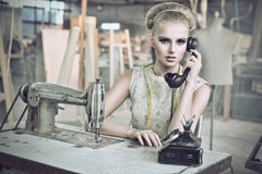 skönhettelefonkvinna Royaltyfri Fotografi