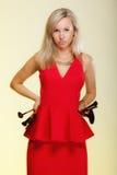 Skönhettillvägagångssätt, kvinna rymmer sminkborstar. Applicera för makeup. Arkivbild