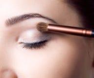 Skönhetung flicka med makeupborstar Det naturliga sminket för brunettkvinna med bleu synar härlig framsida makeover perfekt hud Royaltyfri Foto