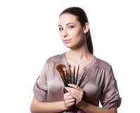 Skönhetung flicka med makeupborstar Det naturliga sminket för brunettkvinna med bleu synar härlig framsida makeover perfekt hud Royaltyfri Fotografi