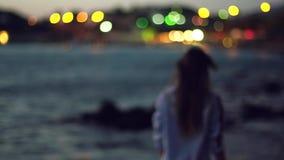 Skönhetung flicka på kusten stock video