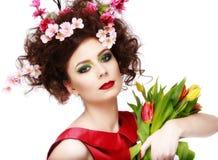 Skönhetvårflicka med blommahårstil Härlig modellwoma Royaltyfri Bild