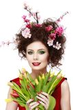 Skönhetvårflicka med blommahårstil Härlig modellwoma Royaltyfri Fotografi