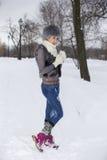 Skönhetvinterflickan i frostig vinter parkerar utomhus Flyg Snowf fotografering för bildbyråer