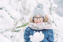 Skönhetvinterflickan som blåser insnöad frostig vinter, parkerar eller utomhus- royaltyfri foto