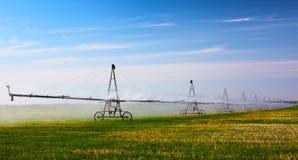 Skörd för bevattningmaskinvatten på fältet Royaltyfri Fotografi