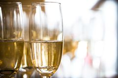 Skörd för makro för två champagneexponeringsglas Royaltyfria Bilder