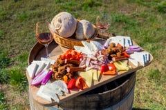 Skörda den traditionella rumänska matplattan för säsong med ost, b Arkivbilder