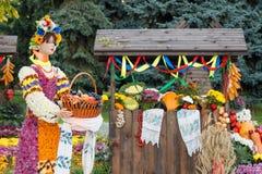 Skörda grönsaker på ganska handel i en träpaviljong Hållande korg för kvinnlig skyltdocka som är full av frukter Jordbruksprodukt Arkivfoton