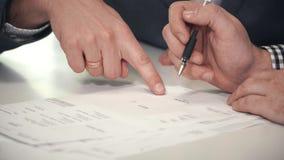 Skördaffärsmän som undertecknar pappersdokumentet lager videofilmer