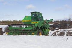 Skördearbetare Niva till vinterfjärdedelar av den ryska byn Arkivfoton