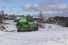 Skördearbetare Niva till vinterfjärdedelar av den ryska byn Fotografering för Bildbyråer
