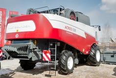 Skördearbetare på utställning för jordbruks- maskineri Royaltyfria Bilder
