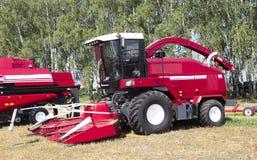 Skördearbetaremaskin som skördar arbete för vetefält Moget för åkerbruk plockning för sammanslutning guld- Arkivfoto