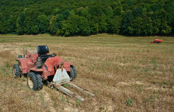 Skördetröska och traktor Arkivfoton