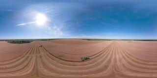 Skördetröska på vetefältet VR360 stock video