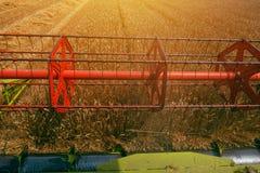 Skördetröska som kretsar rullen från bönder pov Royaltyfri Fotografi