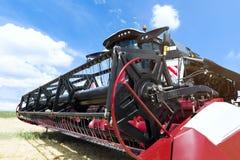 Skördetröskamanufakturhandlarehuvud Åkerbrukt tungt maskineri royaltyfri bild