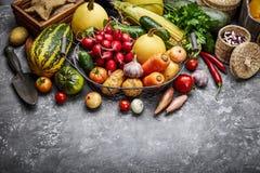 Skördgrönsaker med örtkökträdgården arkivbild