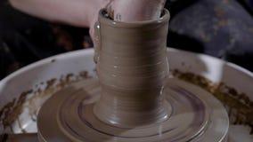 Skördhänder av den begåvade keramikern som formar lergods och skapar mästerverket på keramiker` s, rullar in seminariet lager videofilmer