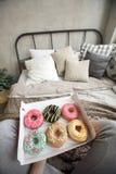 Skördkvinna som har frukosten på säng royaltyfri fotografi