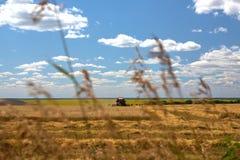 Skördtekniker harvester Jordbruksmark och att slutta fält på en ljus och solig dag i sommar fotografering för bildbyråer