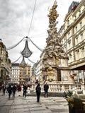 Sköt av den Graben gatan och den frankfurterkorvPestsäule statyn arkivfoton