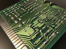Sköt av den tillbaka sidan av ett grönt datorströmkretsbräde på svart bakgrund arkivfoto
