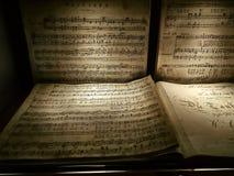 Sköt av en personal av en musikalisk sammansättning av Mozart arkivfoto