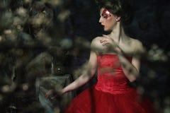 sköt den medeltida ståenden för den härliga klänningeraen studiokvinnan Skjutit i ett s Royaltyfri Foto
