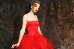 sköt den medeltida ståenden för den härliga klänningeraen studiokvinnan Skjutit i ett s Fotografering för Bildbyråer