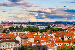 Sköt röda tak för terrakottan av staden Prague från höga poängen, Prague, Tjeckien Royaltyfria Bilder