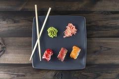 sköt sushi för black set Arkivfoton