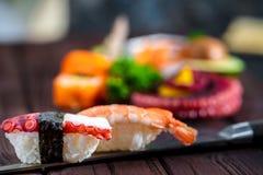 sköt sushi för black set Olika sashimi, sushi och rullar med bläckfisken Royaltyfria Bilder