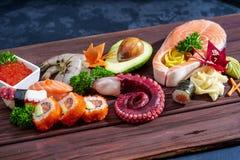 sköt sushi för black set Olika sashimi, sushi och rullar med bläckfisken Fotografering för Bildbyråer