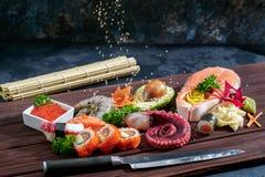 sköt sushi för black set Olika sashimi, sushi och rullar med bläckfisken Arkivfoto