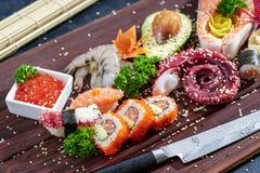 sköt sushi för black set Olika sashimi, sushi och rullar med bläckfisken Arkivbilder