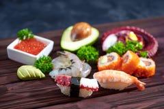 sköt sushi för black set Olika sashimi, sushi och rullar med bläckfisken Royaltyfri Fotografi