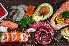 sköt sushi för black set Olika sashimi, sushi och rullar med bläckfisken Arkivfoton